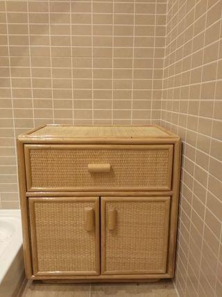 mueble mesilla de madera y mimbre
