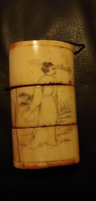 Antigua cajita de grillos de hueso tallada y echa