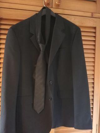 Traje de chaqueta negro con corbata.
