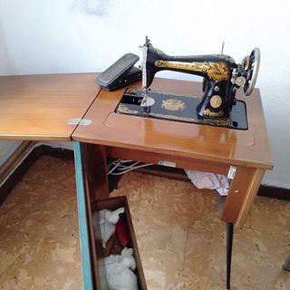 Máquina de coser Singer con mueble