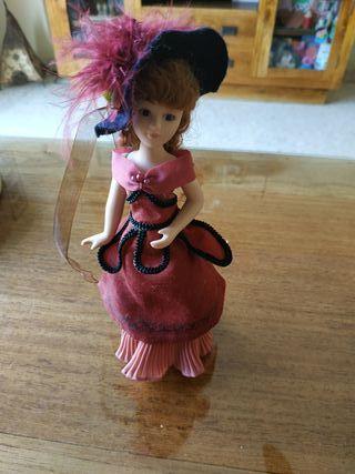 Muñeca de época de porcelana