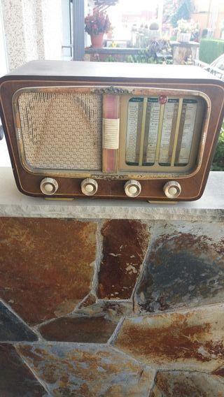 Cuatro radios antiguas.