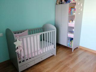 Habitación bebe. Cuna, armario y cómoda Ikea gris