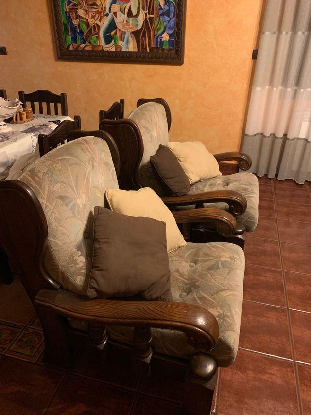 Se venden sofás rústicos.