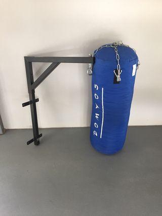 Saco de boxeo, cadenas y soporte impecables