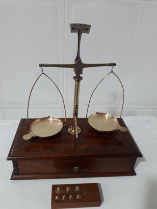 Antigua báscula de precisión y mueble con cajón