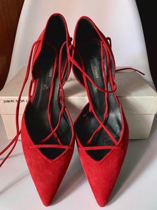 Zapatos rojos de tacón con cordones de Uterqüe