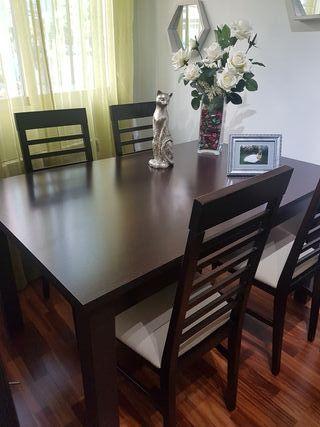 mesa comedor con cuatro sillas a juego