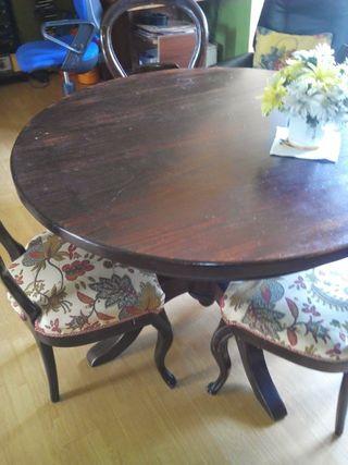 Mesa d comedor y 4 sillas.