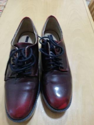 zapatos con cordones granates.