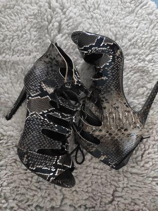 Sandalia de tacón estampado serpiente
