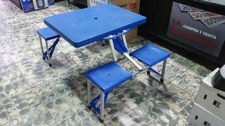 mesa plegable con asientos en buen estado