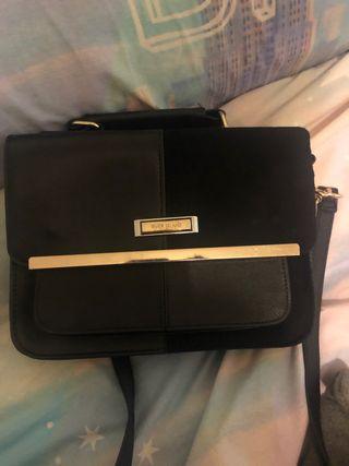Médium black handbag