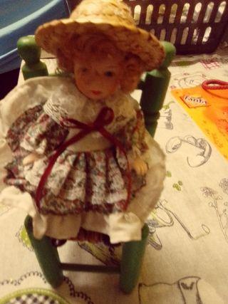 muñeca porcelana y silla madera