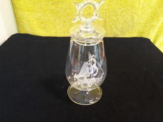 Botella de cristal con barco dentro.