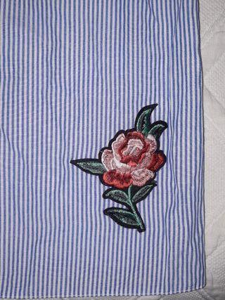 blusa con bordados. puesta una sola vez