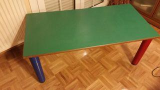 mesa de madera y sillas de plástico duro