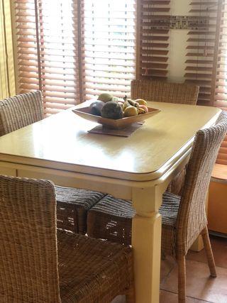 mesa de madera +4 sillas mimbre