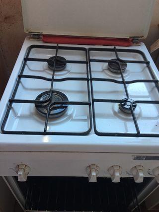 .Cocina y horno a gas butano.