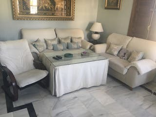 Sofá tres y dos plazas y mesa