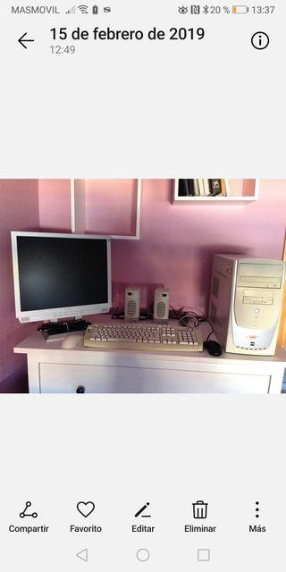 torre, teclado, monitor, altavoces y ratones