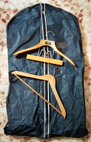 funda para traje y dos perchas madera
