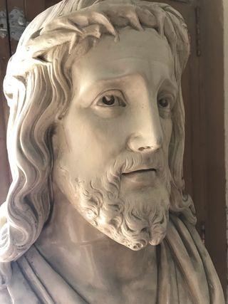 Busto religioso con columna.