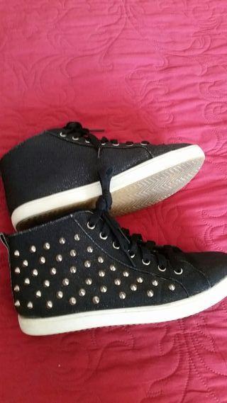 Zapatillas mujer negras con pinchos metálicos