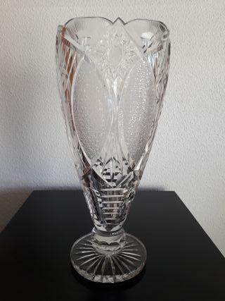 Antiguo jarrón de cristal tallado