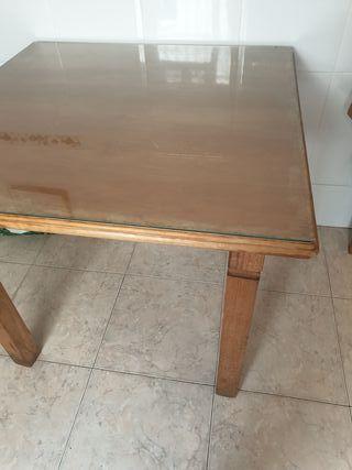 Mesa de madera con cristal y 4 sillas