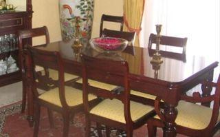 Mesa de comedor de 8 sillas, 2 de ellas con brazo