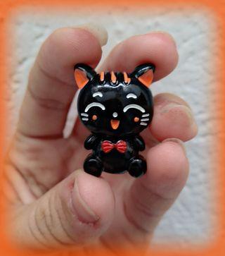 Broche Kawaii gatito negro resina