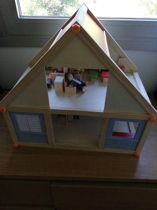 casita de madera de juguete con accesorios