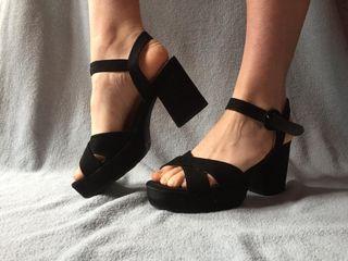 Sandalias de tacón cuadrado negras.