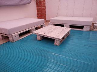 Terraza sofás de palet y alfombra bambu