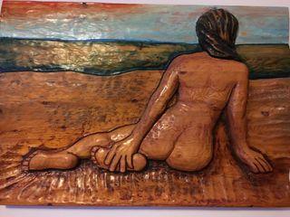 Cuadro tallado mujer en la playa policromado