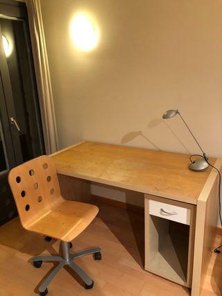 Mesa, silla, cajonera y luz de despacho