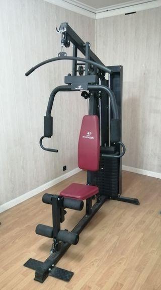 Máquina de gimnasio multinacion.