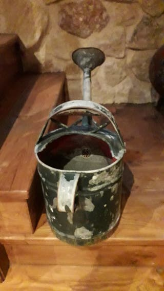 Regadera antigua de lata