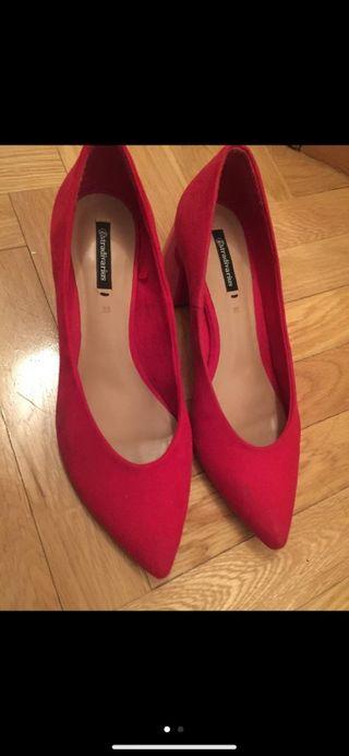 Zapato rojo ante Stradivarius