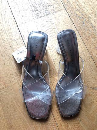 Sandalia de tacón vinilo