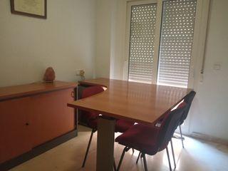 mesa de oficina y armario en color nogal