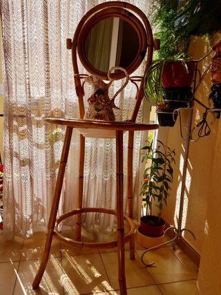 Lavabo antiguo de caña con jofaina y jarrón