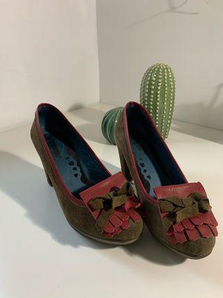 Zapatos de tacón ancho verdes y rojos