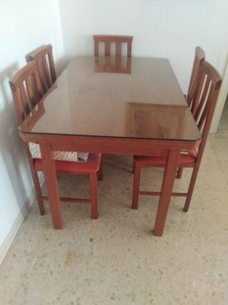 mesa de salon y cuatro sillas