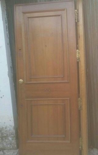Puerta de entrada exterior de casa