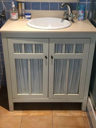 Mueble baño con grifo y espejo