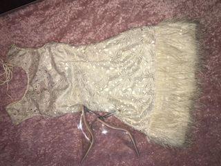 Vestido corto color perla y dorado con plumas
