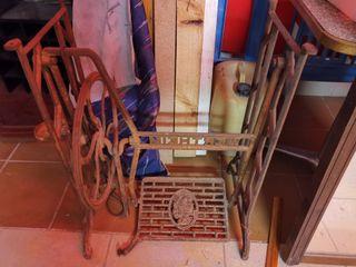 máquinas de coser antiguas y mesa forjada