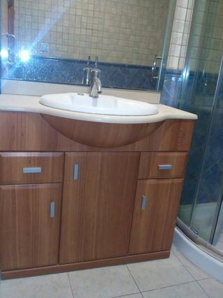 Mueble baño, pila y espejo.